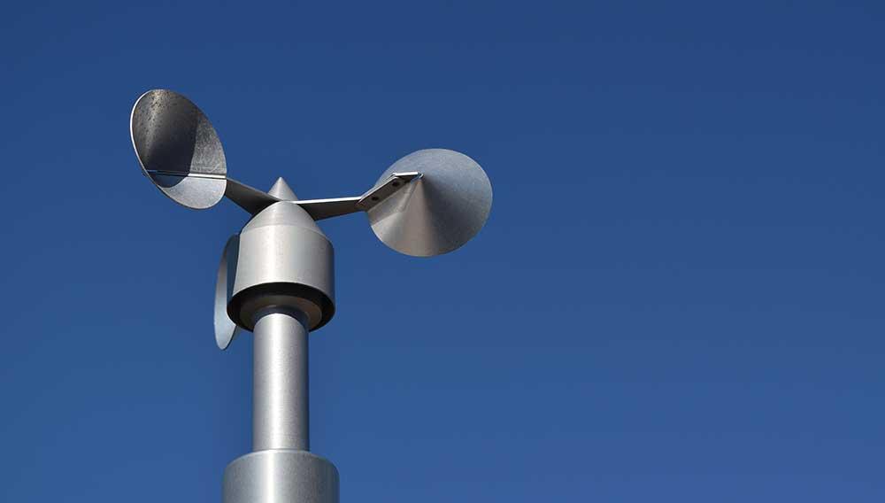 Ein professionelles Windmessgerät, um das Angebot von temporären und dauerhaften Windmessungen von Weatherpark zu illustrieren.