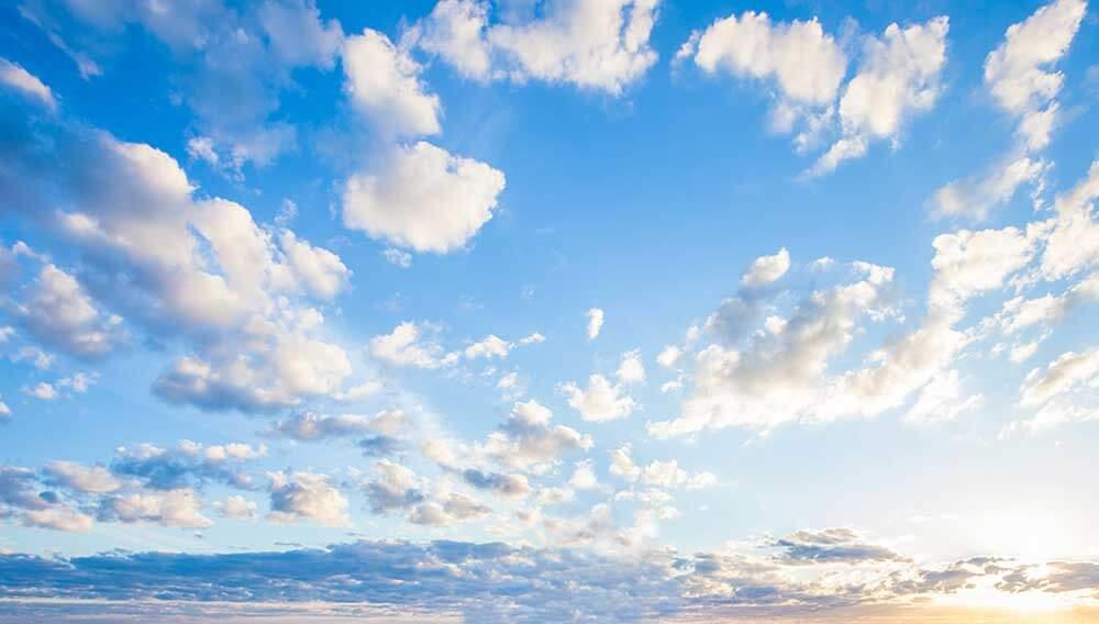 Blauer Himmel mit Sonnenschein und ein paar Wolken zur Illustration des Geschäftsbereiches